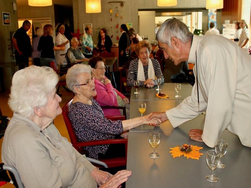 Mgr Lovey salue tous nos pensionnaires personnellement.
