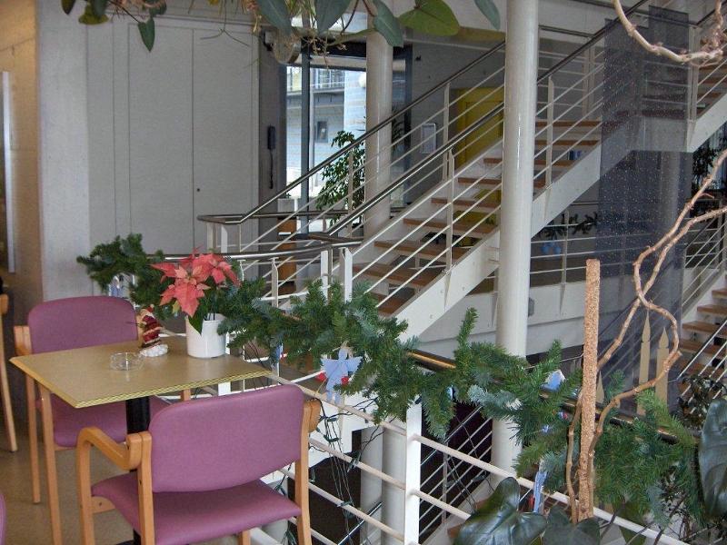 Cafétéria et escalier menant à l'étage